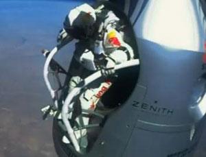 Supersonic skydiver Felix Baumgartner breaks the speed of sound